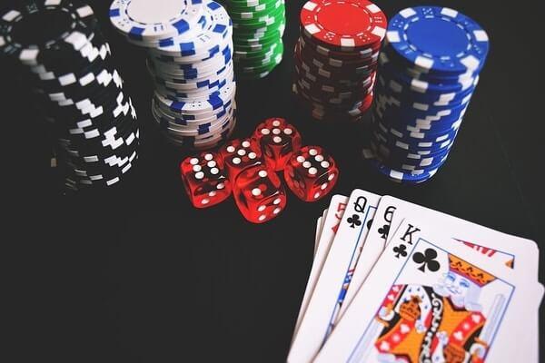 Pelikortit ja rahaa